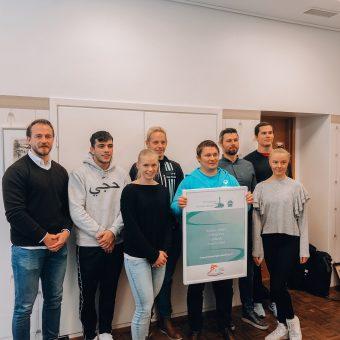 Luovutimme tapaamisessa Tampereen Urheiluakatemian taulun Aito Säästöpankin Kauppakadun konttorille